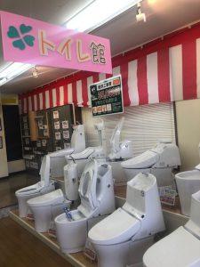 入口を入ってすぐに、 16台のトイレの展示があります。